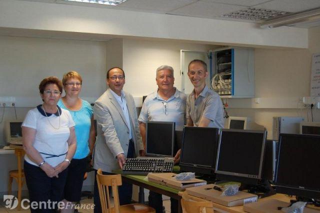 Des ordinateurs pour les écoliers de Lavault Sainte Anne