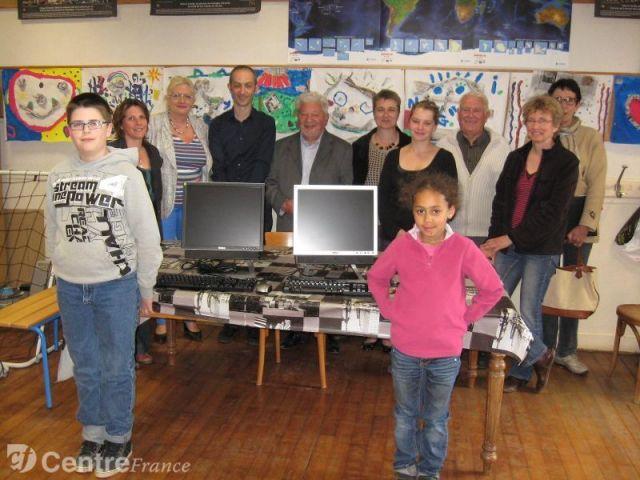 Deux ordinateurs offerts à l'école d'Argenty